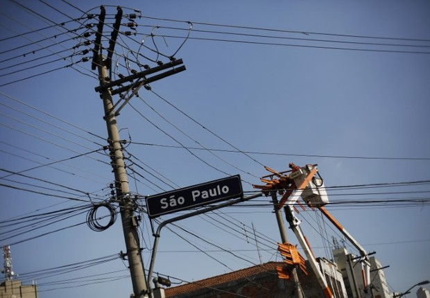 Funcionário da Eletropaulo trabalha em poste em rua de São Paulo (Foto: Nacho Doce/Reuters)