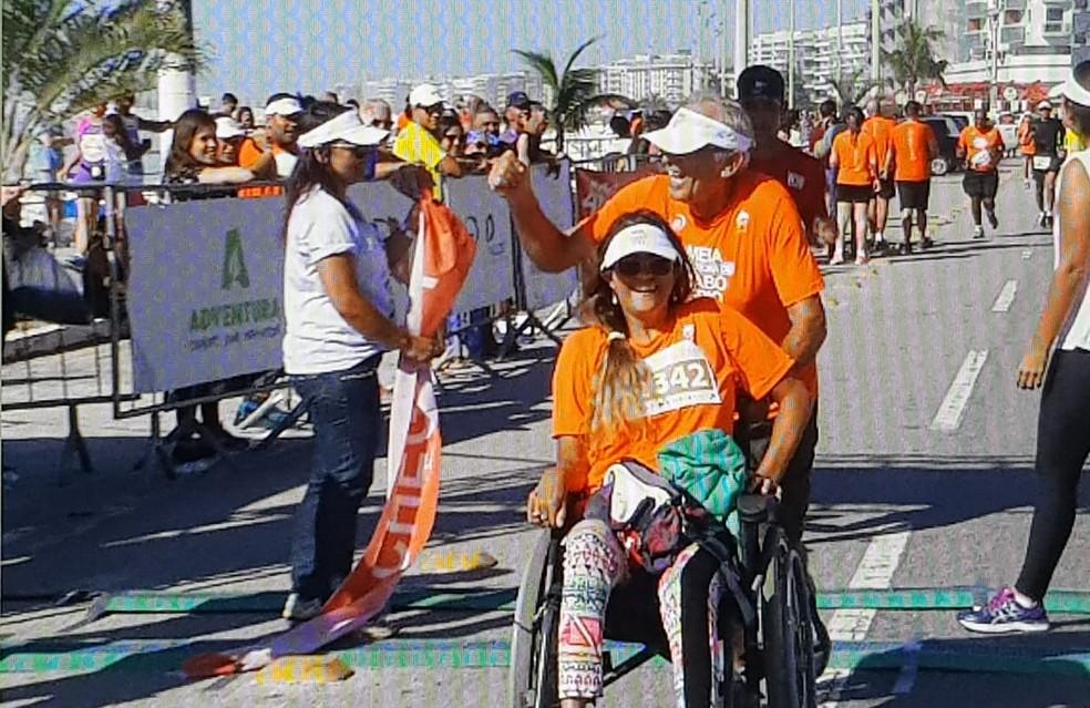 Pai e filha enfrentaram a disputa dos 10 km em Cabo Frio, no RJ — Foto: Marcelo Cristian   Inter TV RJ