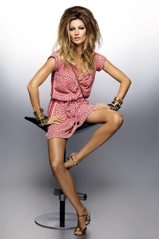 Macaquinho, a partir de R$ 35.960; braceletes largos, a partir de R$ 5.940 cada; braceletes finos, a partir de R$ 3.180 cada; sandálias, a partir de R$ 4.100, e bolsa Boy, a partir de R$ 14.390 (Foto: Karl Lagerfeld)