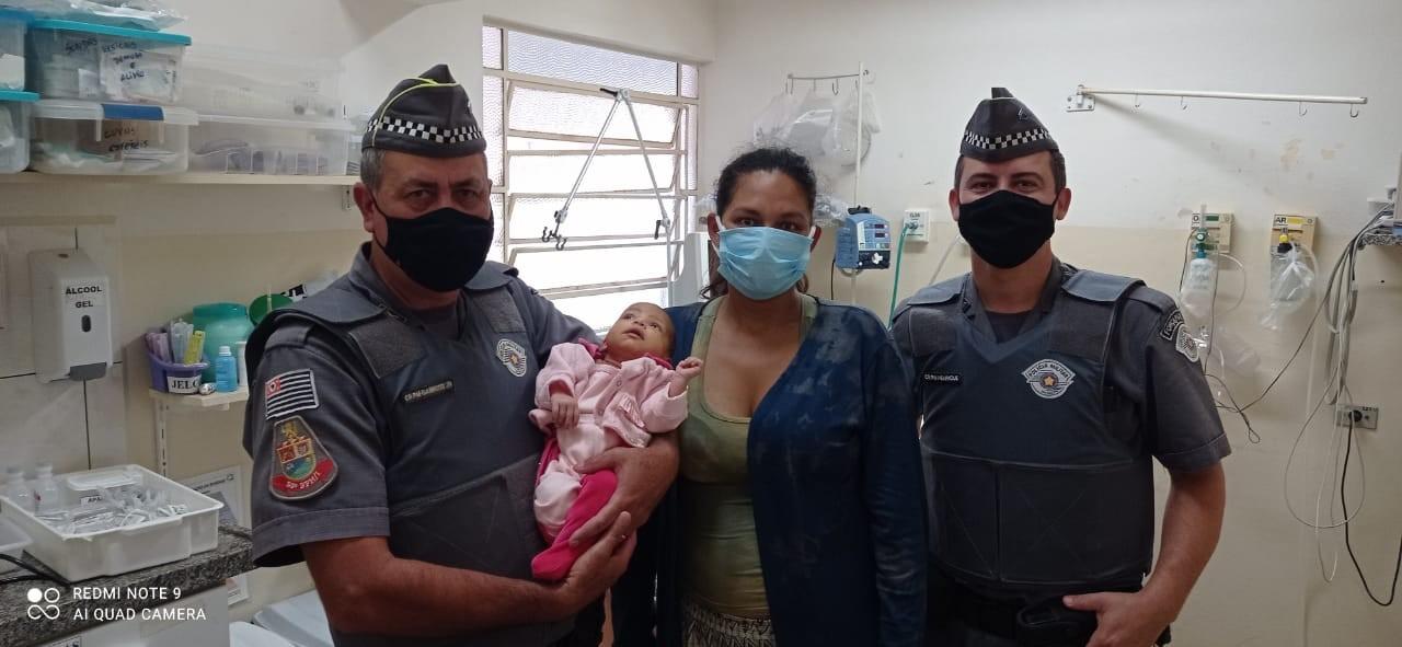 Policiais militares ajudam a salvar bebê engasgado em Piraju