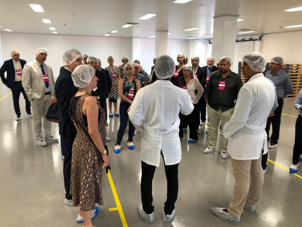 Público que participou da cerimônia de inauguração da Aché em Pernambuco visita a fábrica após solenidade — Foto: Marina Meireles/G1