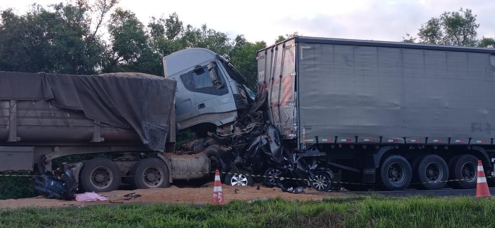 Duas pessoas morrem em acidente envolvendo três caminhões e cinco carros, na Rodovia do Xisto  — Foto: Jorge Melo/RPC