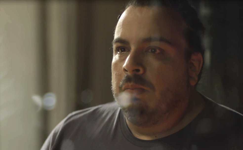 Clóvis conta a Beto que a família não sabe que ele está vivo (Foto: TV Globo)