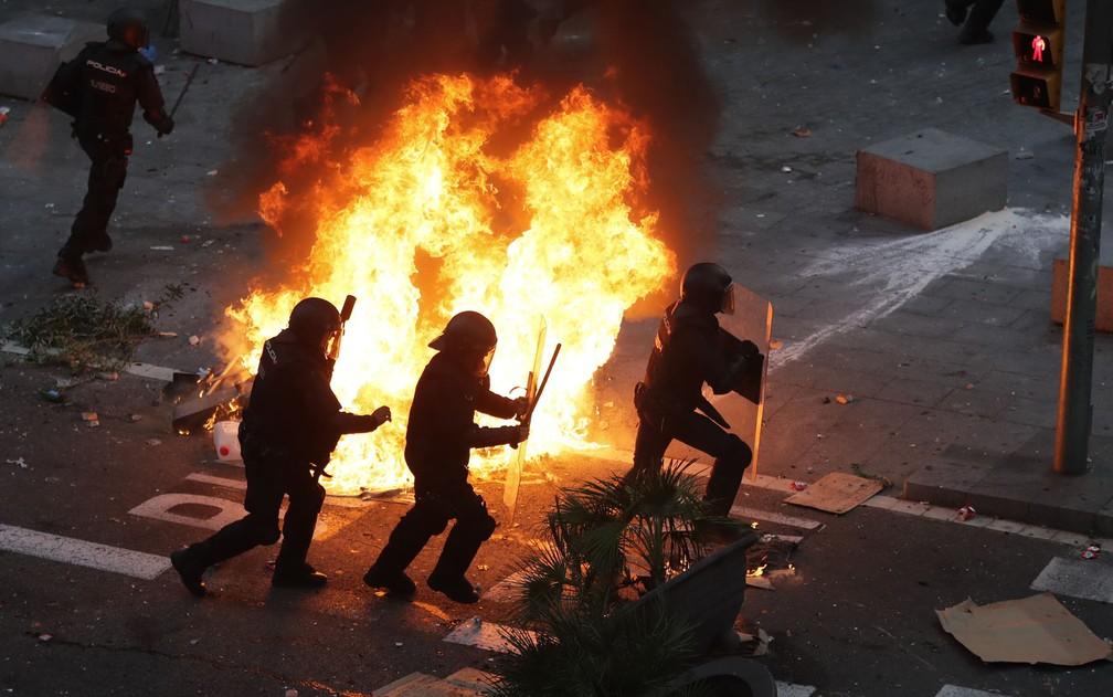 Imagem da polícia em ação em Barcelona — Foto: Manu Fernandez/AP