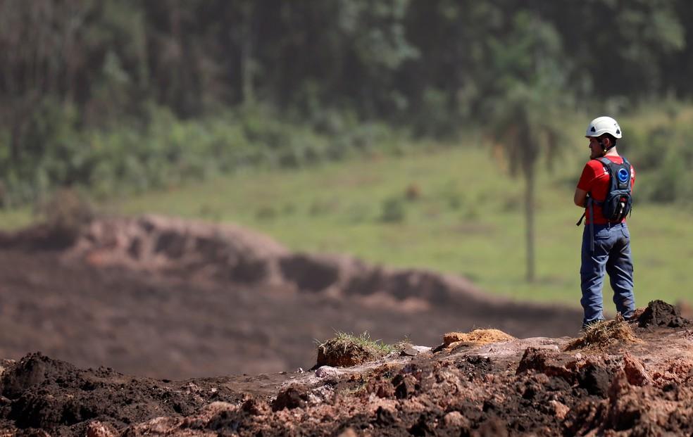 Integrante do time de resgate busca desaparecidos após rompimento de barragem da Vale em Brumadinho  — Foto: Adriano Machado/Reuters