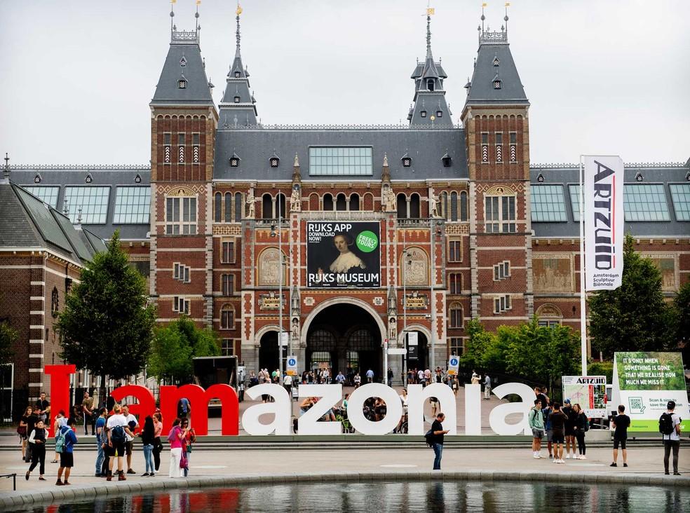 """As letras gigantes em frente ao Museu Nacional de História e Arte dos Países Baixos, o Rijksmuseum, em Amsterdã, na Holanda, foram alteradas para exibir a mensagem """"I amazonia"""" em um protesto organizado pelo Greenpeace para chamar a atenção para a preservação da floresta. — Foto: Marten van Dijl/Greenpeace"""