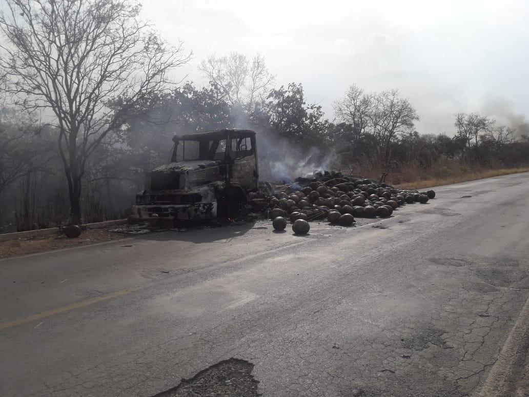 Capim usado no transporte de melancias pega fogo, chamas se alastram e destroem caminhão