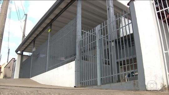 Idosa resgatada após 20 anos de cárcere privado faz exames médicos