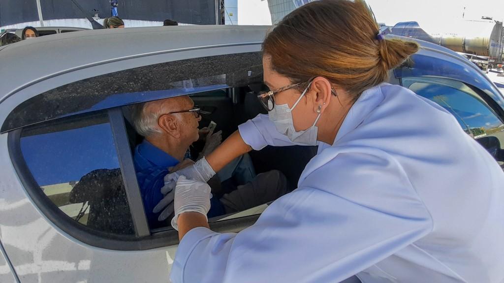 Prefeitura de Divinópolis realiza campanha de vacinação estilo 'drive-thru' para caminhoneiros