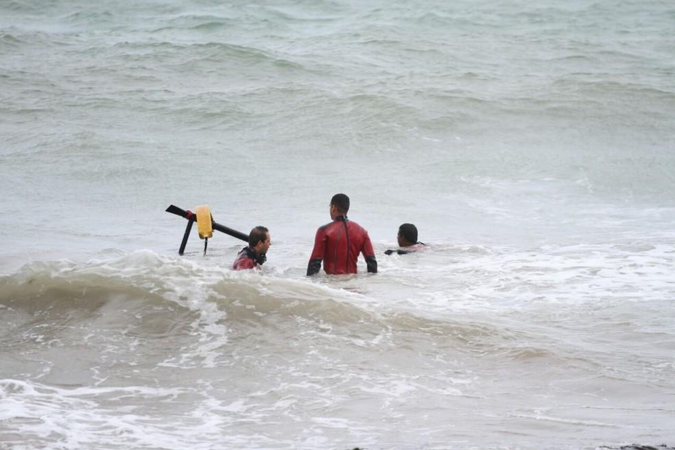 Bombeiros retiram peças do Globocop que caiu no mar, no Recife, nesta terça-feira (23) (Foto: Aldo Carneiro/Pernambuco Press)