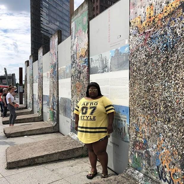 Carol posa ao lado dos restos do Muro de Berlim (Foto: Reprodução/Instagram)