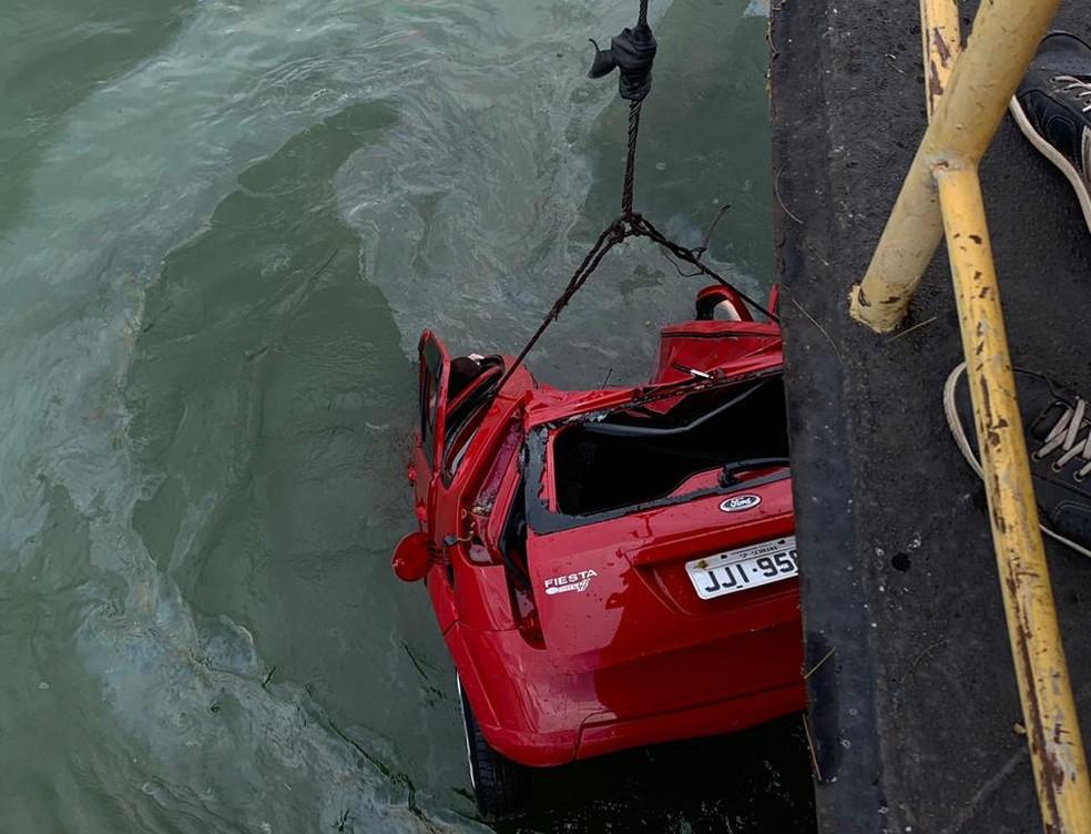 Carro foi retirado do rio com ajuda de um barco em Pongaí (SP) — Foto: J. Serafim/Arquivo Pessoal