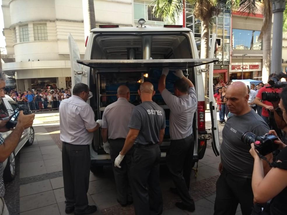 Corpos são retirados de igreja pela Setec — Foto: Fernando Evans / G1