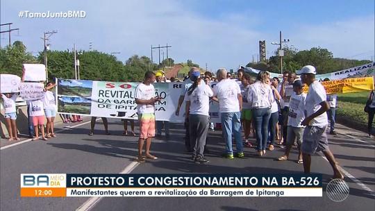 Grupo faz protesto em trecho da BA-526 e trânsito fica lento na região