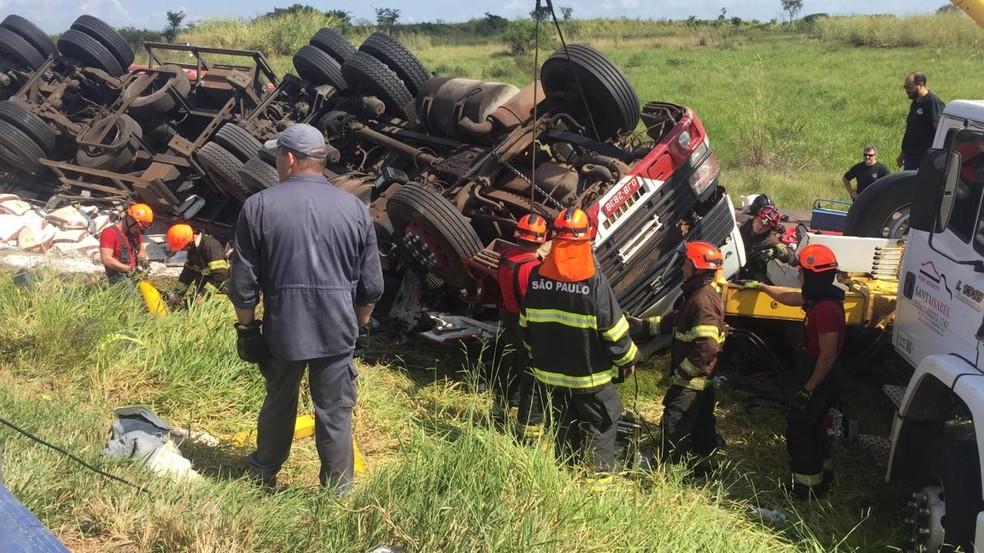 Bombeiros levaram cerca de três horas para conseguir resgatar o motorista do caminhão  — Foto: Alisson Negrini/ TV TEM