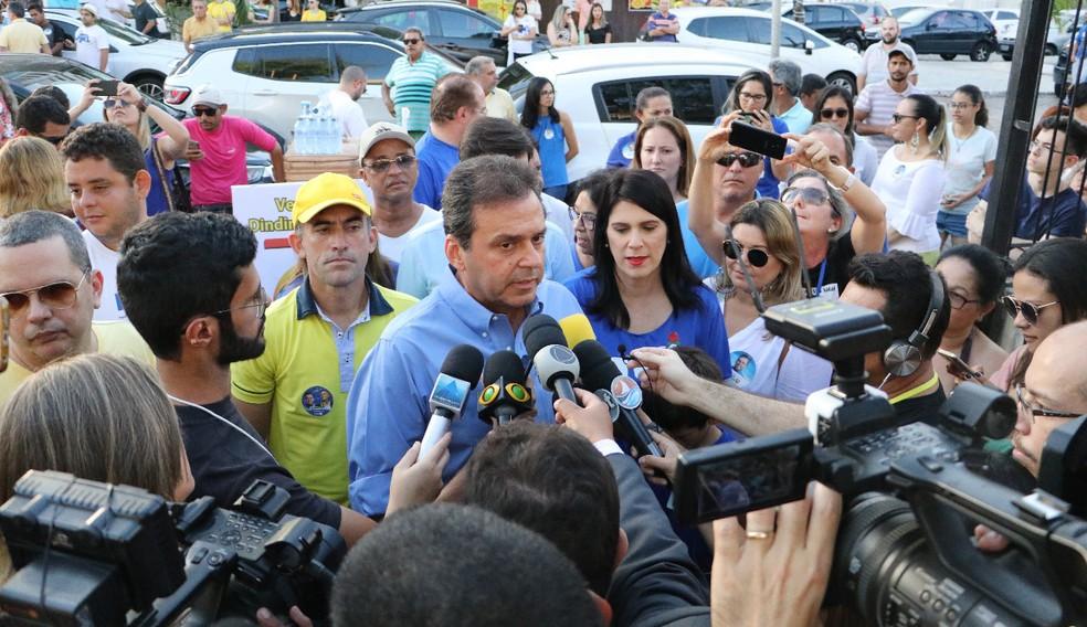 Carlos Eduardo (PDT) durante entrevista coletiva durante a tarde, antes de votar em Natal — Foto: Elias Medeiros