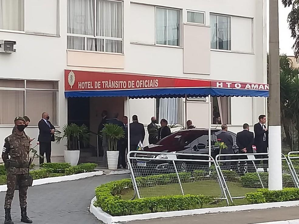 Bolsonaro deixa hotel de trânsito da Academia Militar das Agulhas Negras (Aman) em Resende (RJ) na manhã de sábado (14) — Foto: Fernanda Monteiro/TV Rio Sul