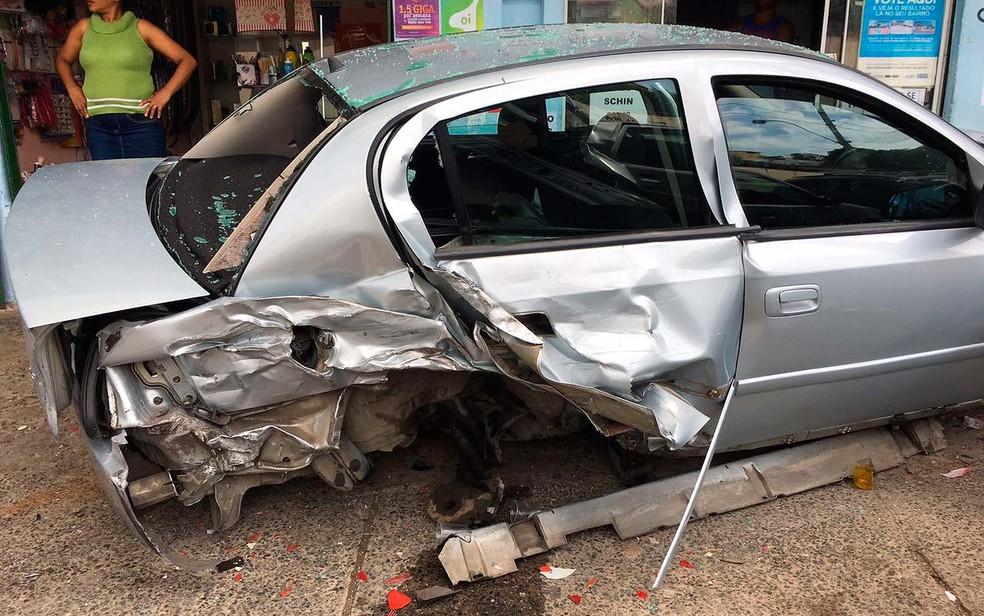 Um dos carros atingidos pelo carro desgovernado ficou destruído e perdeu as rodas em Salvador (Foto: Clériston Santana/TV Bahia)