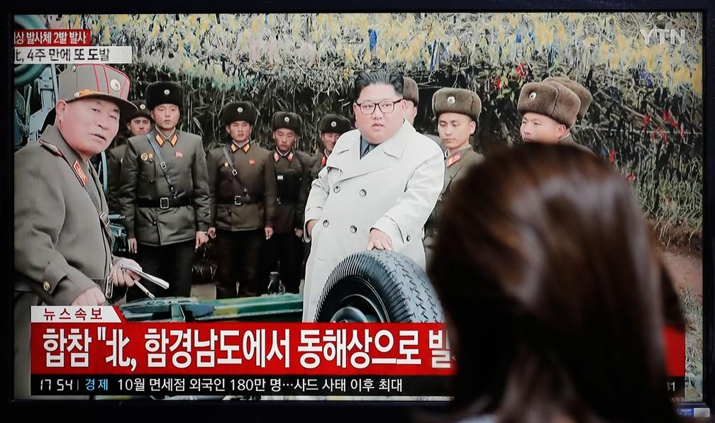Mulher assiste em Seul, na Coreia do Sul, um programa de notícias relatando que a Coreia do Norte disparou nesta quinta-feira (28) projeteis não identificados  — Foto: Lee Jin-man/AP