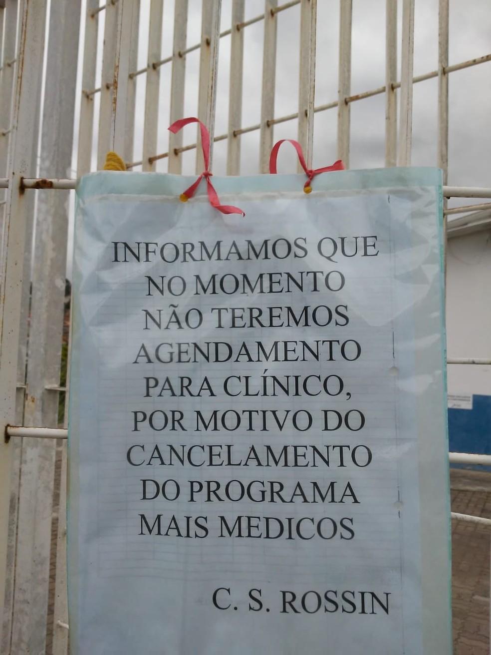 Cartaz no Centro de Saúde do Jardim Rossin, em Campinas, avisa sobre suspensão de agendamentos por causa da saída dos médicos cubanos — Foto: Conselho de Saúde de Campinas/Divulgação