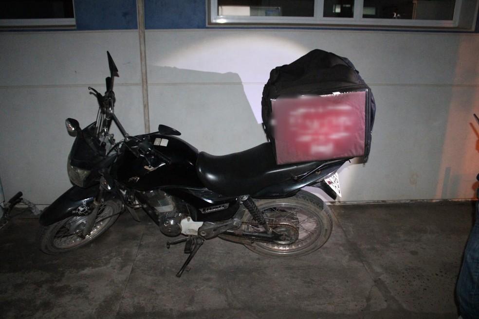 """Motociclista é preso ao tentar fazer """"entrega delivery"""" de drogas em Luís Eduardo Magalhães — Foto: Divulgação/Polícia Militar"""