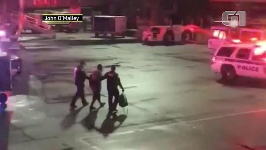 Passageiro abre saída de emergência de avião e é preso nos EUA