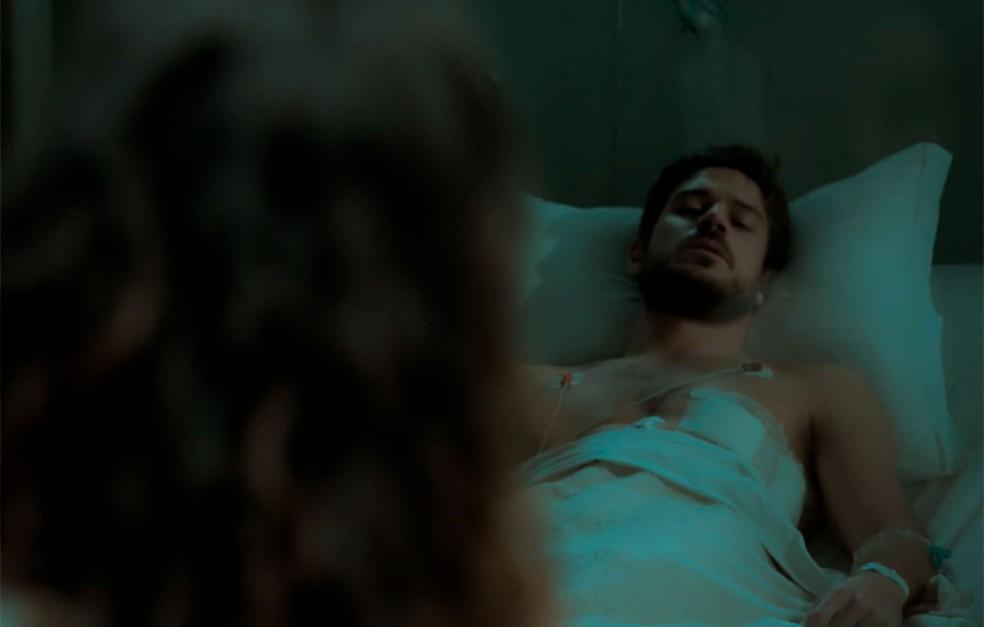 Em 'A Força do Querer', Rita (Isis Valverde) vai visitar Zeca (Marco Pigossi) no hospital — Foto: Globo