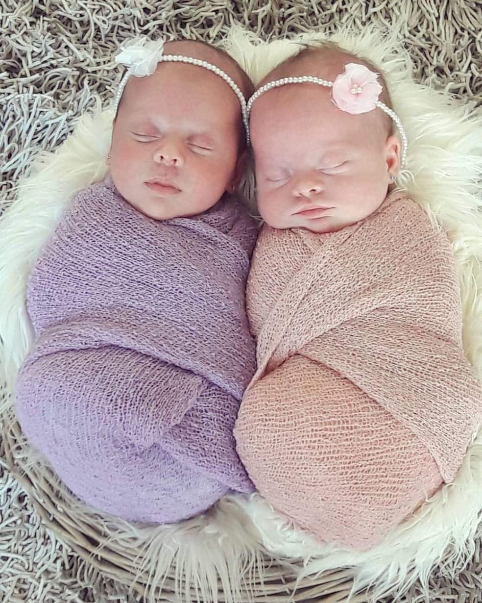 Gêmeas em foto tirada logo após o nascimento — Foto: Raquel Cimi/ Arquivo pessoal