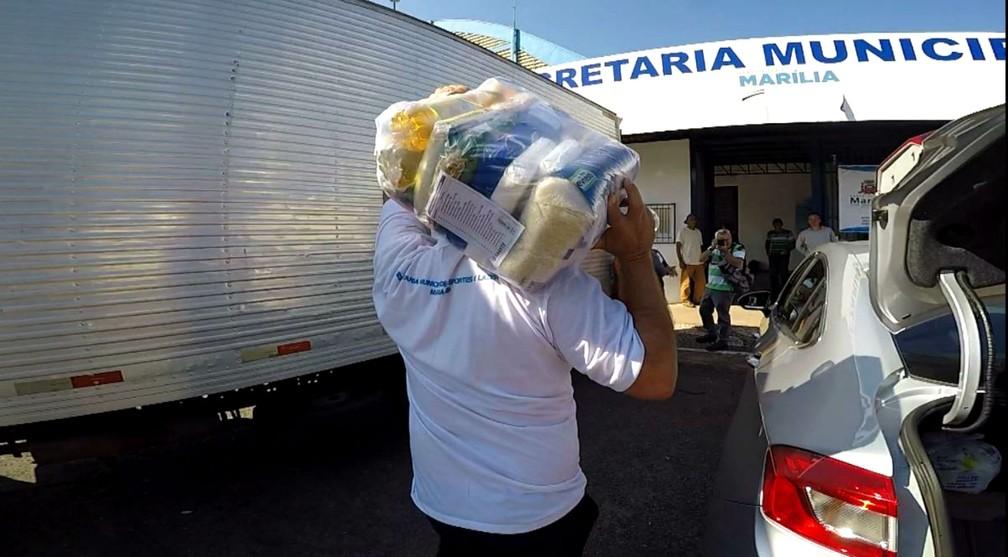 Doações chegam a 2 toneladas de roupas e 150 cestas básicas (Foto: Reprodução / TV TEM)