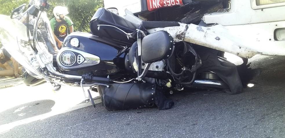 Moto foi arrastada por 32 quilômetros após acidente com carreta na BR-101 no Litoral Norte de Santa Catarina — Foto: PRF/ Divulgação