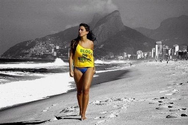 Modelo passeia com a camiça do blog pela praia de Ipanema, Rio de Janeiro (Foto: Blog do Noblat)