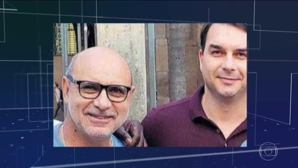 Queiroz e Flávio Bolsonaro: senador eleito pediu suspensão da investigação  — Foto: Reprodução/JN