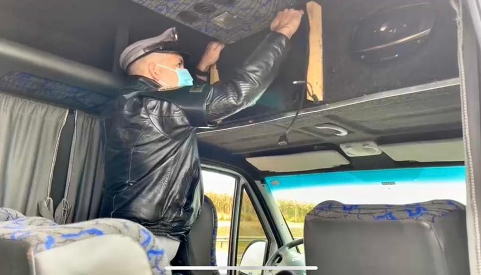 Polícia encontra mais 180 celulares em compartimento oculto de van em rodovia de Buri(SP) — Foto: Polícia Rodoviária/ Divulgação
