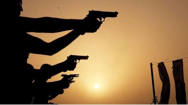 Solução para violência com armas de fogo varia de acordo com a pessoa com quem você está falando (Foto: GETTY IMAGES via BBC)