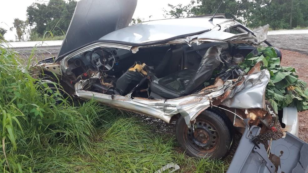 Carro de vítima de 50 anos ficou destruído com impacto do acidente na BR-364.  — Foto: Divulgação/PRF