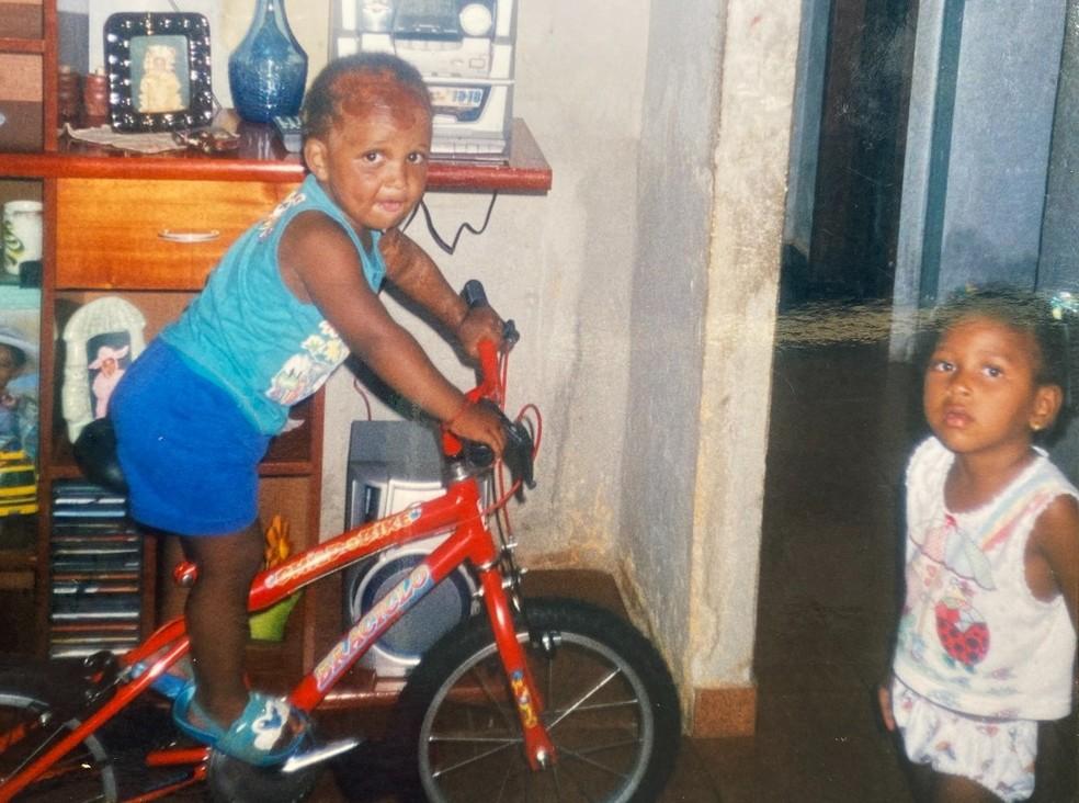 Piu na infância com a irmã em São Joaquim da Barra: família sempre deu força — Foto: Arquivo Pessoal