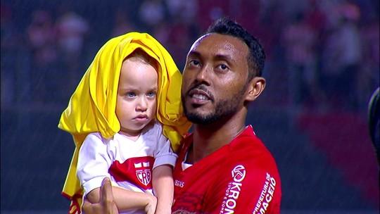 Sessão fofura: Barbio, Alisson Farias e Claudinei protegem garotinhos da chuva; assista
