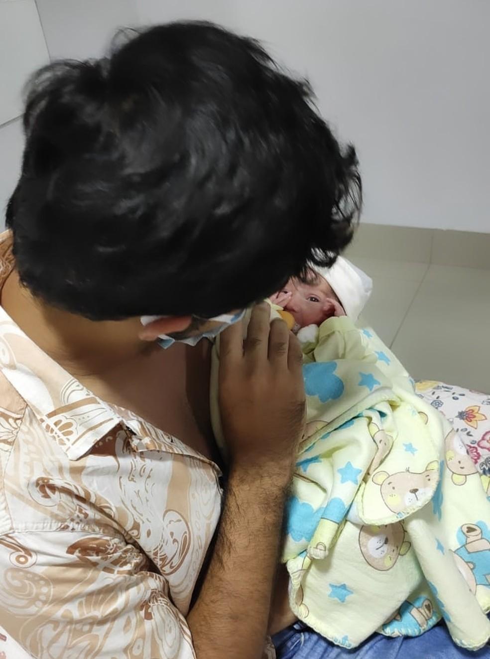 Cairo Yuri e o pequeno Bento, horas após ter tido alta hospitalar em Imperatriz (MA) — Foto: Redes sociais