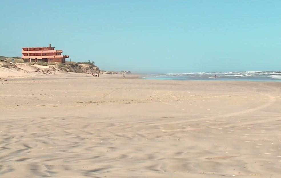 Uma das rotas usadas para desviar da fiscalização é a beira da praia da Barra do Chuí (Foto: Reprodução/RBS TV)