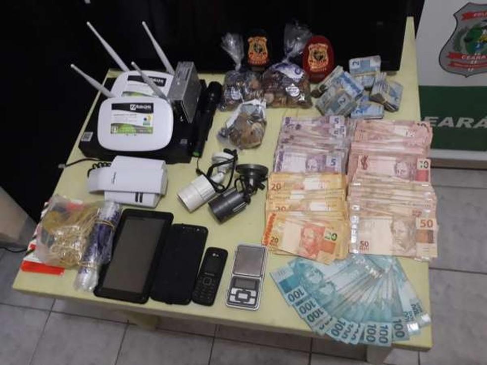 Um grande quantidade de dinheiro em espécie, celulares e outros equipamentos foram apreendidos na propriedade. — Foto: Divulgação/SSPDS