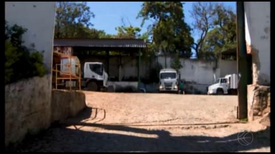 Profissionais que trabalham na coleta de lixo em Divinópolis fazem manifestação
