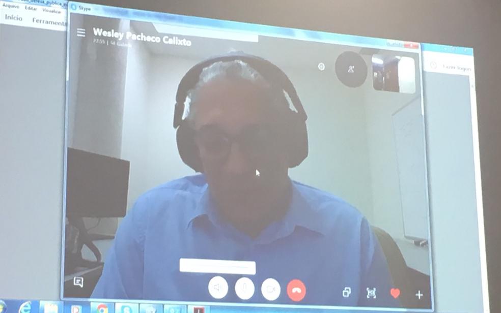 O professor universitário e orientador da advogada morta em assalto, Wesley Pacheco Calixto, participando da defesa de mestrado via videoconferência do Canadá  (Foto: Sílvio Túlio/G1)