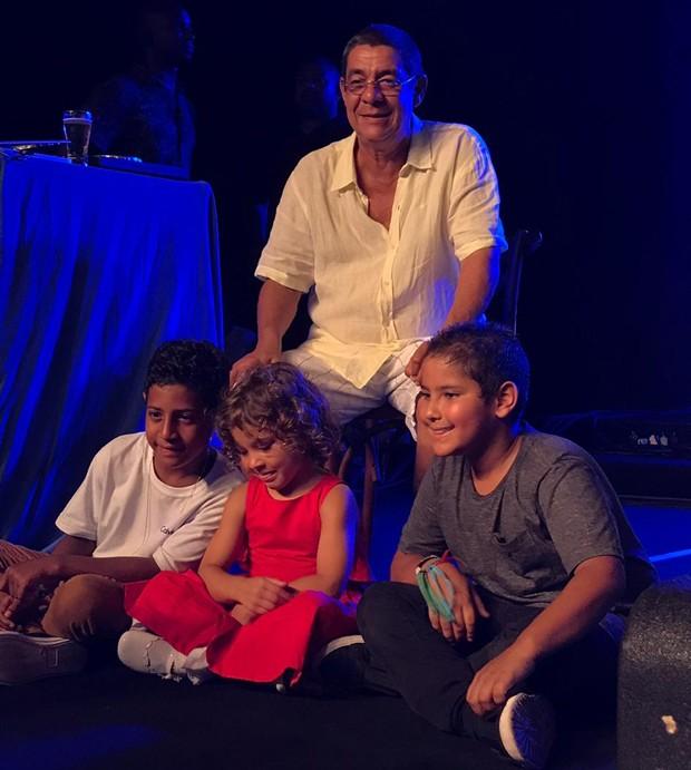 Zeca Pgodinho e os netos (Foto: QUEM)