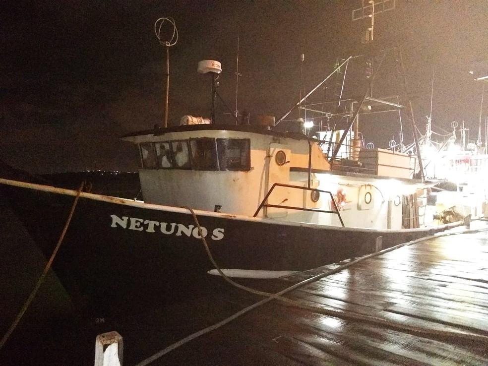 Náufragos foram tirados da água pela embarcação Netuno S, que foi acionada pelo Salvamar Nordeste — Foto: Marinha do Brasil/Divulgação