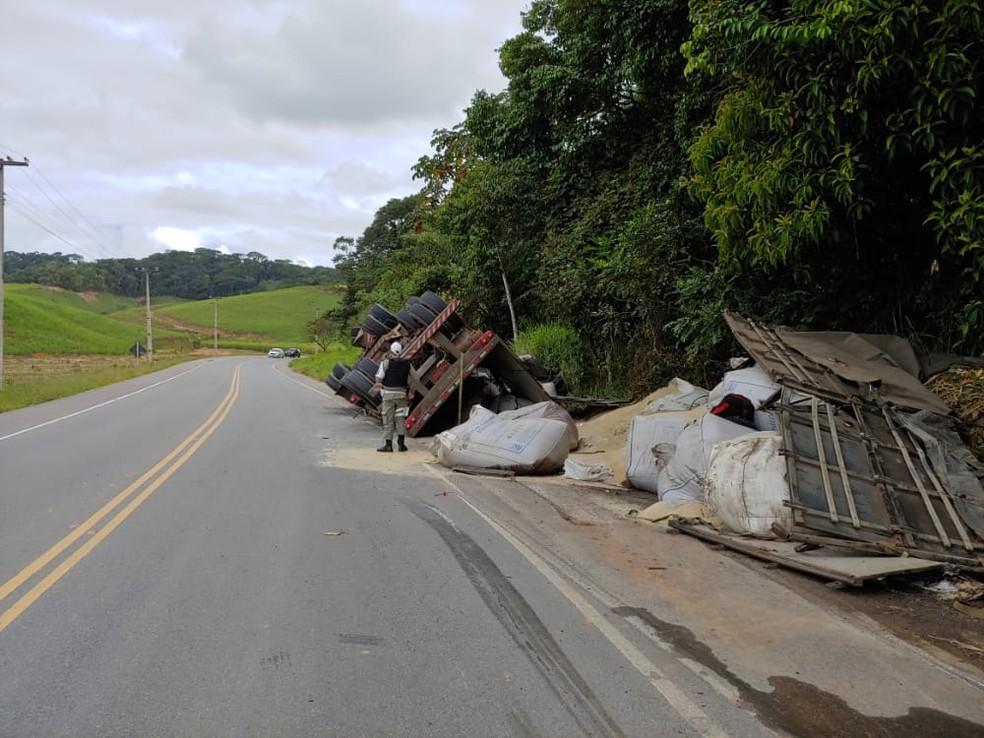 Caminhão tomba no acostamento da rodovia AL-105, em Matriz de Camaragibe, AL — Foto: BPRv