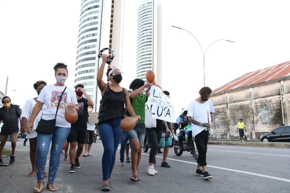 Manifestantes deixaram a área do prédio onde ocorreu a morte de Miguel e fizeram caminhada no Centro do Recife, no dia 12 de junho — Foto: Marlon Costa/Pernambuco Press