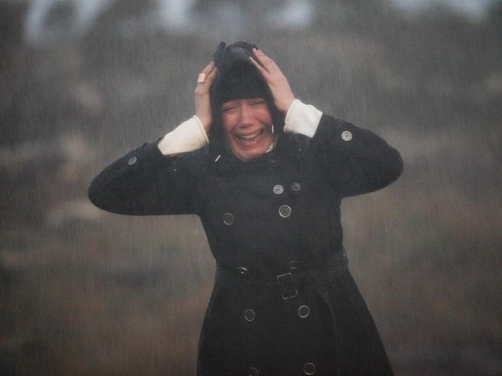 Maria Marta (Lilia Cabral) se desespera ao ter sido abandonada em temporal no Monte Roraima - 'Império' — Foto: Globo