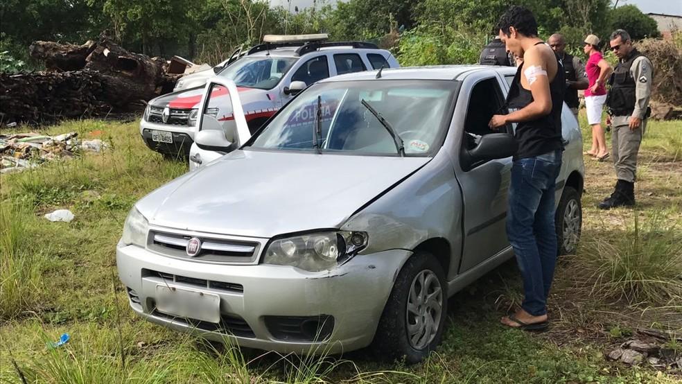 Carro levado pelos bandidos foi achado horas depois em terreno baldio em João Pessoa (Foto: Walter Paparazzo/G1)