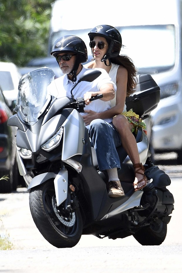 George Clooney e Amal Alamuddin andando de moto em julho de 2015 (Foto: BACKGRID)