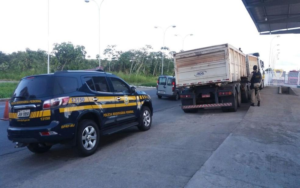 Segundo suspeito preso, droga tinha como destino final a cidade de Recife, em Pernambuco (Foto: Divulgação/PRF/SE)